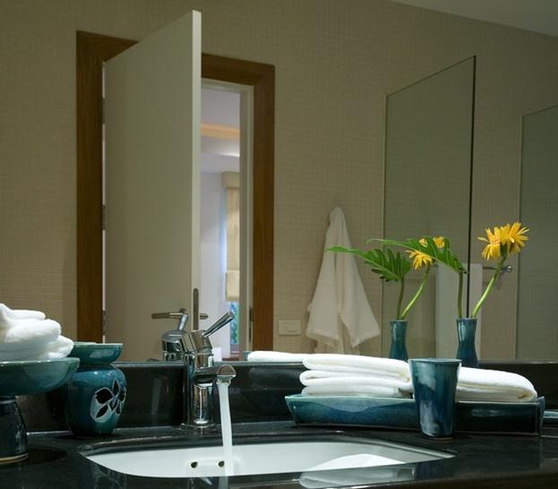 Utilizzate grandi specchi per far apparire il bagno più ampio