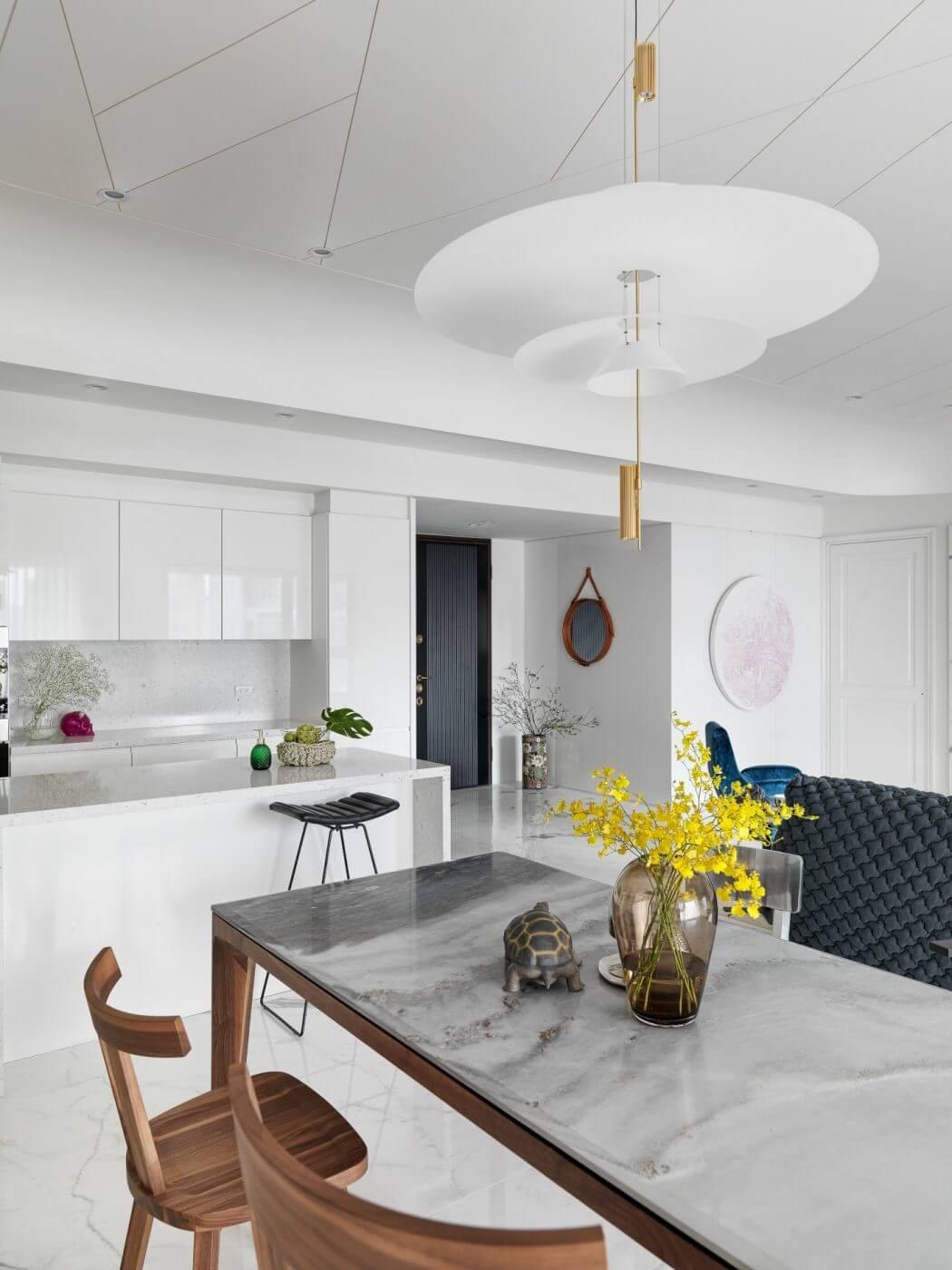 Equilibrio di forme e di colori per un appartamento a for Case di stile